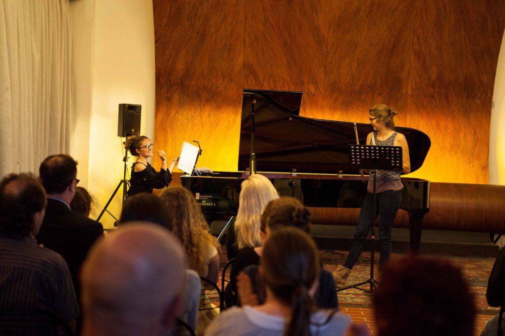 Christa Becker am Flügel